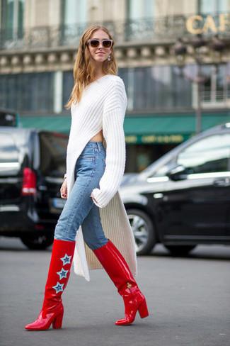 weißes Strick Sweatkleid, hellblaue enge Jeans, rote kniehohe Stiefel aus Leder für Damen