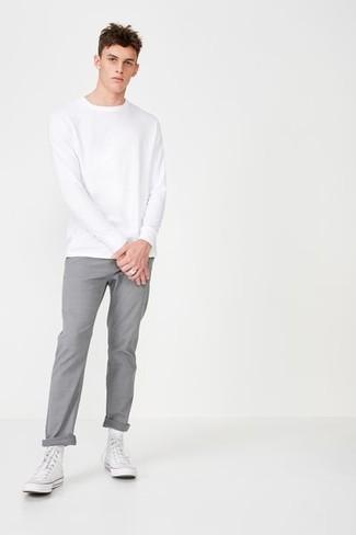 Wie kombinieren: weißes Sweatshirt, graue Chinohose, weiße hohe Sneakers aus Segeltuch