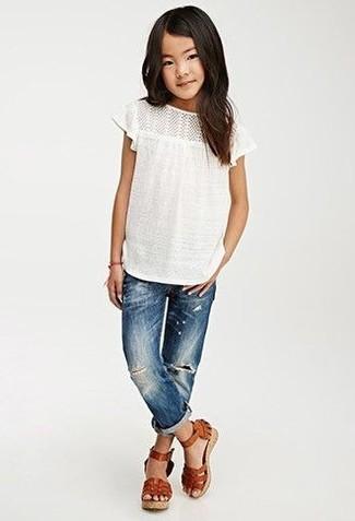 Wie kombinieren: weißes T-shirt, blaue Jeans, braune Ledersandalen
