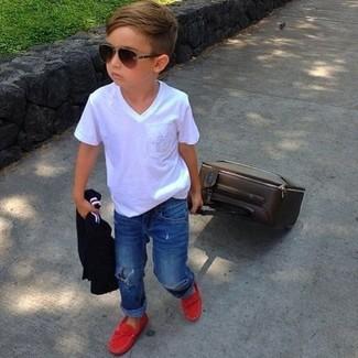 Wie kombinieren: weißes T-shirt, blaue Jeans, rote Slipper