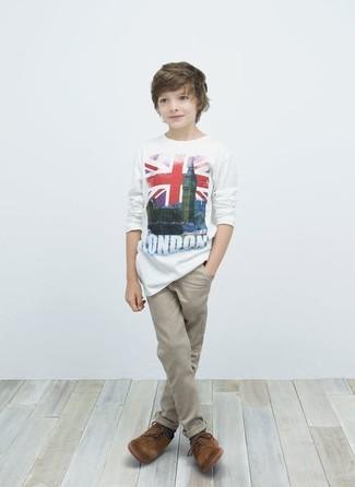 Wie kombinieren: weißes T-shirt, hellbeige Hose, braune Oxford Schuhe