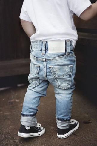 Wie kombinieren: weißes T-shirt, hellblaue Jeans, schwarze Turnschuhe