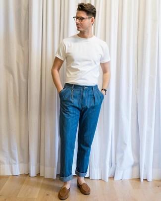 Wie kombinieren: weißes T-Shirt mit einem Rundhalsausschnitt, blaue Jeans, braune Wildleder Slipper