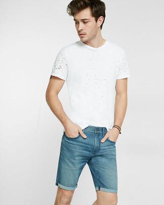 Wie kombinieren: weißes T-Shirt mit einem Rundhalsausschnitt, blaue Jeansshorts
