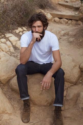 Wie kombinieren: weißes T-Shirt mit einem Rundhalsausschnitt, dunkelblaue Jeans, braune Wildlederfreizeitstiefel
