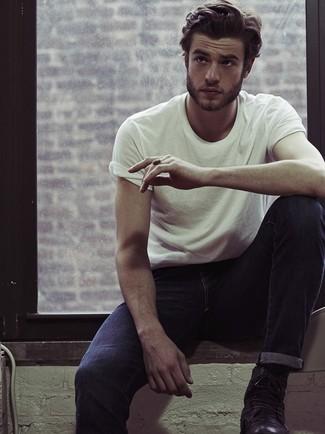 Die Kombination von einem weißen T-Shirt mit einem Rundhalsausschnitt und dunkelblauen Jeans erlaubt es Ihnen, Ihren Freizeitstil klar und einfach zu halten. Schalten Sie Ihren Kleidungsbestienmodus an und machen eine schwarze Lederfreizeitstiefel zu Ihrer Schuhwerkwahl.