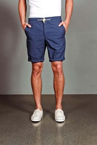 weißes T-Shirt mit einem Rundhalsausschnitt, dunkelblaue Shorts, weiße Leder Bootsschuhe für Herren