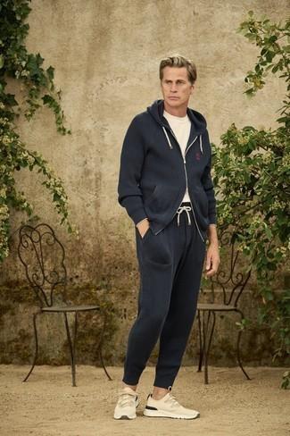 Trainingsanzug kombinieren – 114 Herren Outfits: Entscheiden Sie sich für Komfort in einem Trainingsanzug und einem weißen T-Shirt mit einem Rundhalsausschnitt. Vervollständigen Sie Ihr Look mit hellbeige Sportschuhen.
