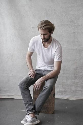 Wie kombinieren: weißes T-Shirt mit einem Rundhalsausschnitt, graue Jeans, graue Segeltuch niedrige Sneakers