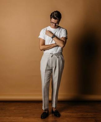 Wie kombinieren: weißes T-Shirt mit einem Rundhalsausschnitt, graue Leinen Chinohose, schwarze Leder Slipper