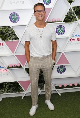 Wie kombinieren: weißes T-Shirt mit einem Rundhalsausschnitt, hellbeige Anzughose mit Karomuster, weiße Leder niedrige Sneakers