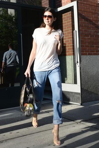 Wie kombinieren: weißes T-Shirt mit einem Rundhalsausschnitt, hellblaue Boyfriend Jeans mit Destroyed-Effekten, hellbeige Wildleder Sandaletten