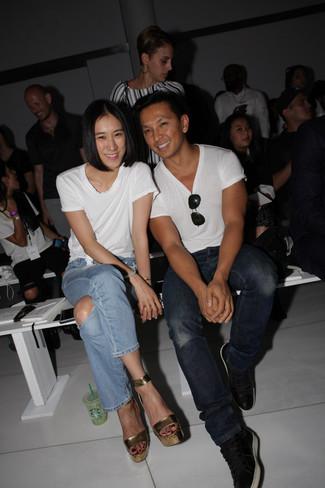 Wie kombinieren: weißes T-Shirt mit einem Rundhalsausschnitt, hellblaue Jeans mit Destroyed-Effekten, goldene Leder Sandaletten