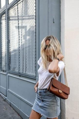 Wie kombinieren: weißes T-Shirt mit einem Rundhalsausschnitt, hellblauer Jeans Minirock, braune Satchel-Tasche aus Leder