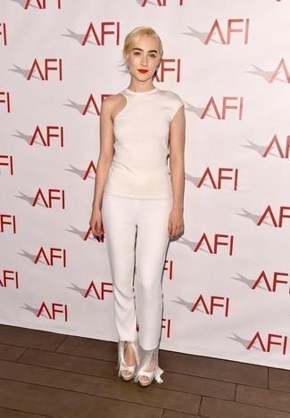 Wie kombinieren: weißes T-Shirt mit einem Rundhalsausschnitt mit Ausschnitten, weiße Fransen enge Hose, weiße Leder Sandaletten