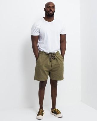 Wie kombinieren: weißes T-Shirt mit einem Rundhalsausschnitt, olivgrüne Shorts, senf Segeltuch niedrige Sneakers