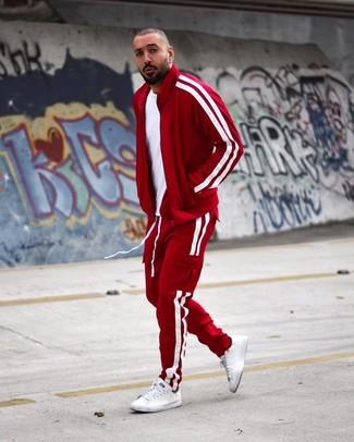 Wie kombinieren: weißes T-Shirt mit einem Rundhalsausschnitt, roter Trainingsanzug, weiße Leder niedrige Sneakers