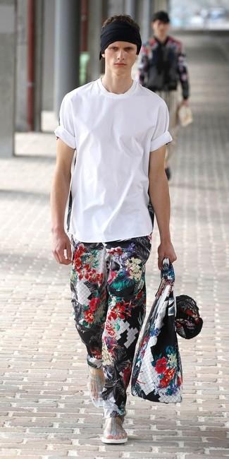 Wie kombinieren: weißes T-Shirt mit einem Rundhalsausschnitt, schwarze Chinohose mit Blumenmuster, transparente Sandalen