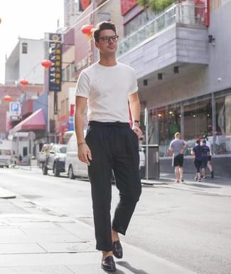 Wie kombinieren: weißes T-Shirt mit einem Rundhalsausschnitt, schwarze Leinen Chinohose, schwarze Leder Slipper