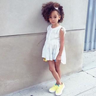 Wie kombinieren: weißes Trägershirt, hellblaue Shorts, gelbe Turnschuhe