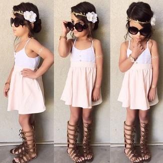 Wie kombinieren: weißes Trägershirt, rosa Rock, dunkelbraune Sandalen