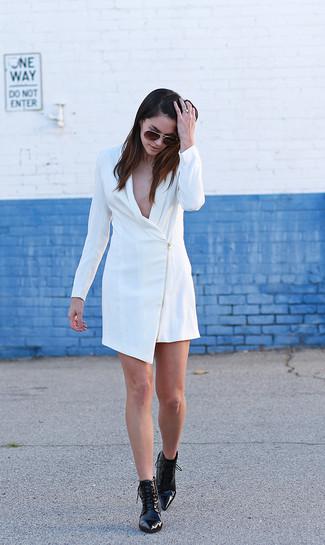 Wie kombinieren: weißes Tuxedokleid, schwarze Schnürstiefeletten aus Leder, dunkelbraune Sonnenbrille