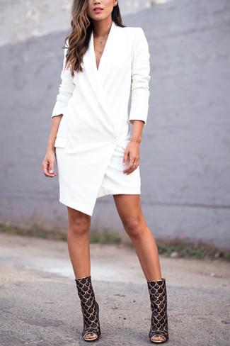 Wie kombinieren: weißes Tuxedokleid, schwarze und goldene Leder Stiefeletten