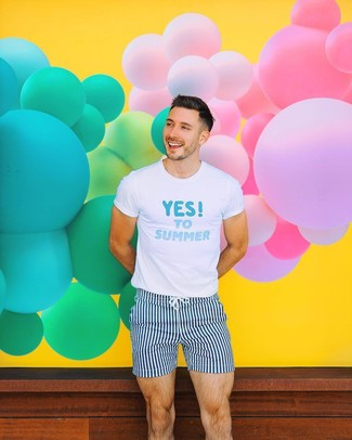 Wie kombinieren: weißes und blaues bedrucktes T-Shirt mit einem Rundhalsausschnitt, dunkelblaue und weiße vertikal gestreifte Badeshorts