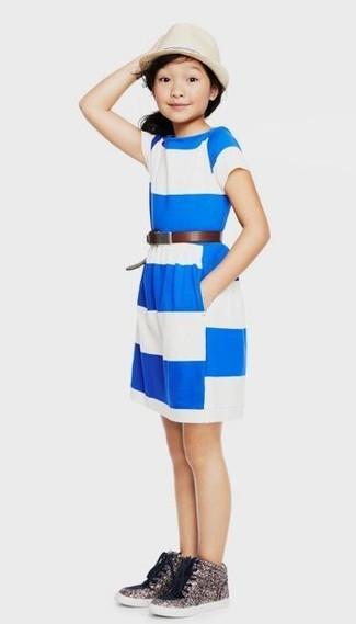Wie kombinieren: weißes und blaues horizontal gestreiftes Kleid, silberne Paillette Turnschuhe, hellbeige Hut