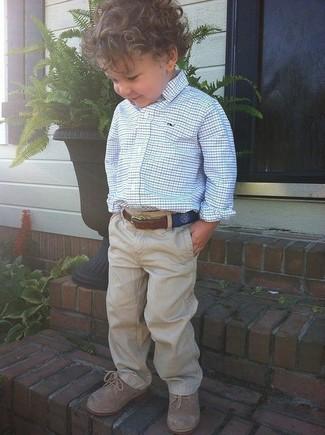 Wie kombinieren: weißes und blaues Langarmhemd, beige Hose, beige Oxford Schuhe