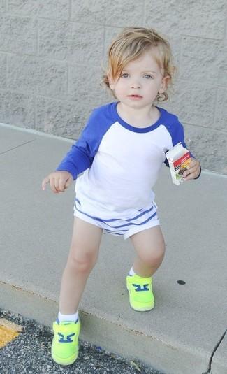 Wie kombinieren: weißes und blaues Langarmshirt, weiße Shorts, gelbgrüne Turnschuhe