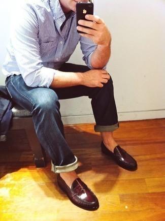 Weißes und blaues vertikal gestreiftes Langarmhemd kombinieren: trends 2020: Paaren Sie ein weißes und blaues vertikal gestreiftes Langarmhemd mit dunkelblauen Jeans für ein sonntägliches Mittagessen mit Freunden. Fühlen Sie sich mutig? Ergänzen Sie Ihr Outfit mit dunkelroten Leder Slippern.