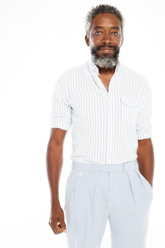 Wie kombinieren: weißes und blaues vertikal gestreiftes Langarmhemd, hellblaue vertikal gestreifte Anzughose aus Seersucker