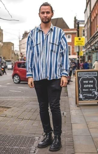 Weißes und blaues vertikal gestreiftes Langarmhemd kombinieren: trends 2020: Kombinieren Sie ein weißes und blaues vertikal gestreiftes Langarmhemd mit schwarzen Jeans für einen bequemen Alltags-Look. Fühlen Sie sich ideenreich? Komplettieren Sie Ihr Outfit mit einer schwarzen Lederfreizeitstiefeln.