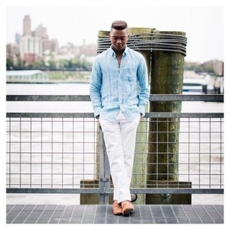 Beige Leder Slipper kombinieren – 48 Herren Outfits: Kombinieren Sie ein weißes und blaues vertikal gestreiftes Langarmhemd mit einer weißen Chinohose für ein bequemes Outfit, das außerdem gut zusammen passt. Beige Leder Slipper putzen umgehend selbst den bequemsten Look heraus.