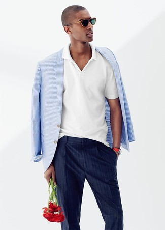 Wie kombinieren: weißes und blaues vertikal gestreiftes Sakko, weißes Polohemd, dunkelblaue vertikal gestreifte Anzughose