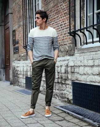Dunkelgrüne Chinohose kombinieren: trends 2020: Die Kombination von einem weißen und dunkelblauen horizontal gestreiften Langarmshirt und einer dunkelgrünen Chinohose erlaubt es Ihnen, Ihren Freizeitstil klar und einfach zu halten. Komplettieren Sie Ihr Outfit mit beige Slip-On Sneakers aus Leder, um Ihr Modebewusstsein zu zeigen.