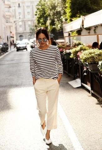 Wie kombinieren: weißes und dunkelblaues horizontal gestreiftes Langarmshirt, hellbeige Hosenrock, weiße Leder Ballerinas
