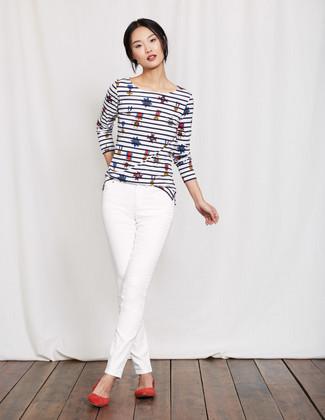 Wie kombinieren: weißes und dunkelblaues horizontal gestreiftes Langarmshirt, weiße enge Jeans, rote Wildleder Ballerinas