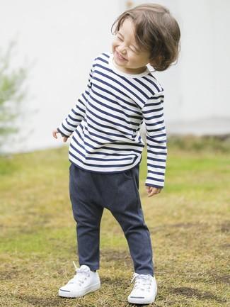 Wie kombinieren: weißes und dunkelblaues horizontal gestreiftes T-shirt, dunkelblaue Jeanshose, weiße Turnschuhe
