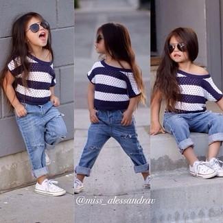 Wie kombinieren: weißes und dunkelblaues horizontal gestreiftes T-shirt, hellblaue Jeans, weiße Turnschuhe