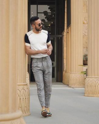 Wie kombinieren: weißes und dunkelblaues T-Shirt mit einem Rundhalsausschnitt, graue Anzughose mit Schottenmuster, dunkelgrüne niedrige Sneakers