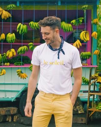Wie kombinieren: weißes und gelbes bedrucktes T-Shirt mit einem Rundhalsausschnitt, gelbe Chinohose, dunkelblauer Bandana mit Paisley-Muster