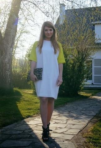 Wie kombinieren: weißes und gelbes gerade geschnittenes Kleid, schwarze Leder Sandaletten, braune Leder Clutch mit Leopardenmuster