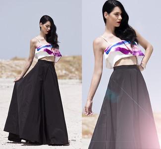 Wie kombinieren: weißes und lila bedrucktes kurzes Oberteil, schwarzer Falten Maxirock