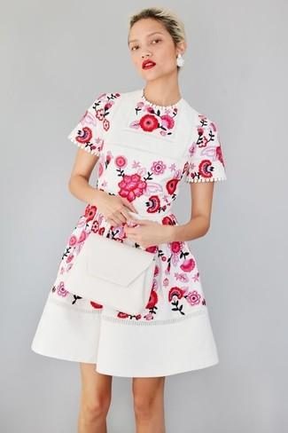 f68d1ef0418e weißes und rotes ausgestelltes Kleid mit Blumenmuster, weiße Satchel ...