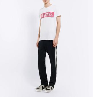 Wie kombinieren: weißes und rotes bedrucktes T-Shirt mit einem Rundhalsausschnitt, schwarze und weiße vertikal gestreifte Jogginghose, graue Sportschuhe