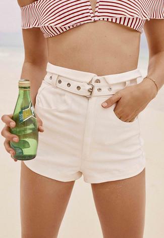 Wie kombinieren: weißes und rotes horizontal gestreiftes Bikinioberteil, weiße Shorts