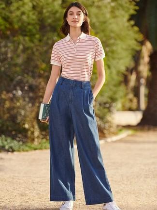 Wie kombinieren: weißes und rotes horizontal gestreiftes Polohemd, dunkelblaue weite Hose aus Jeans, weiße Segeltuch niedrige Sneakers