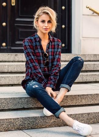 Wie kombinieren: weißes und rotes und dunkelblaues Businesshemd mit Schottenmuster, dunkelblaue enge Jeans mit Destroyed-Effekten, weiße Segeltuch niedrige Sneakers
